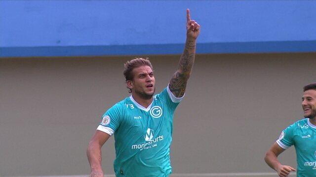 Gol do Goiás! Após escanteio, Rafael Moura cabeceia para abrir o placar, aos 03' do 1º tempo