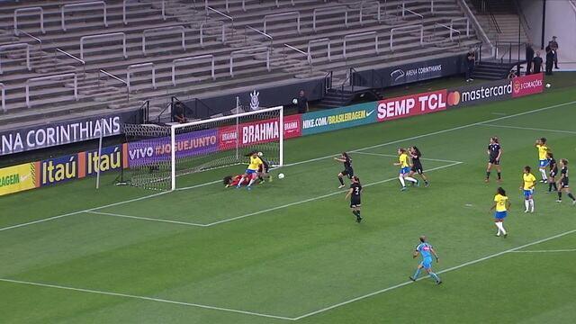 Após escanteio, Bia Zaneratto tenta de calcanhar, mas a goleira faz a defesa, aos 20' do 1º tempo