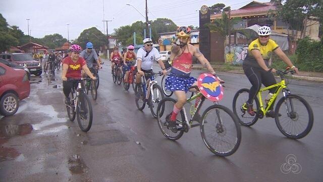 Carnabike leva foliões e ciclistas fantasiados em trajeto na orla de Macapá