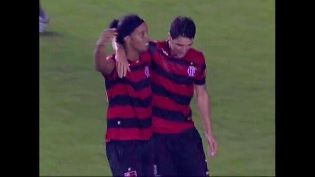 Gol do Flamengo! Ronaldinho entra na área e conclui, aos 36 do 2º tempo