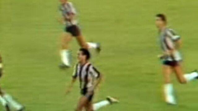 Em 1982, Botafogo goleia o Vasco com golaço de Geraldo