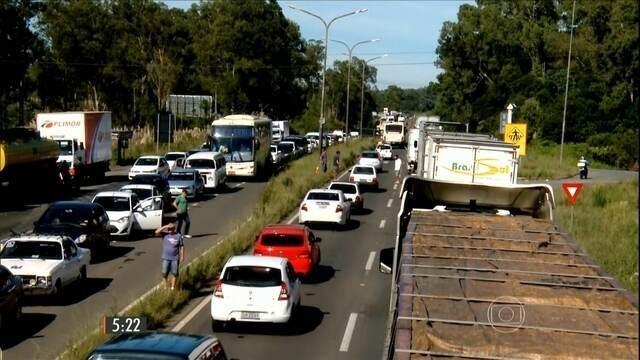 SC Os caminhoneiros continuam com bloqueios nas rodovias catarinenses no nono dia de protestos. De acordo com a Polícia Rodoviária Federal (PRF) e a Polícia Militar Rodoviária (PMR), os manifestantes estavam em 19 pontos até as 6h30 desta quinta-feira (26). Cirurgias foram canceladas em dois hospitais do oeste do estado por falta de medicamentos, que não chegaram devido à falta de transporte. Segundo o Sindicato dos Postos de Chapecó, também no oeste, falta gasolina em 90% dos postos de combustíveis da região. A coleta de leite foi suspensa e algumas indústrias pararam a produção. Caminhoneiros fazem paralisação na PR-218, em Astorga (Foto: Ramon Rosa/Arquivo Pessoal) Caminhoneiros fazem paralisação na PR-218, em Astorga (Foto: Ramon Rosa/Arquivo Pessoal) PR Na tarde desta quarta-feira, a Justiça Federal proibiu a interdição de todas as estradas federais na região de Curitiba.  Ainda assim, na manhã desta quinta-feira, havia bloqueios em aproximadamente 40 trechos de 25 rodovias. Com os veículos parados nas estradas, os protestos começam a refletir em vários setores da economia do estado. Nos postos de combustíveis no sudoeste e no norte, por exemplo, quase não há gasolina. E os que ainda têm alguma quantidade no reservatório cobram preços muito acima do normal. Na terça, os motoristas tiveram que enfrentar filas para abastecer. Sem alternativas de desvio para seguir viagem, cargas de alimentos e insumos estão estragando em vários pontos de bloqueio nas estradas do sul do país. Fornecedores de frutas reclamam ainda de saques de cargas nas barreiras. A operação do porto de Paranaguá, principal terminal de exportação de produtos agrícolas do país, também é prejudicada por causa dos protestos. No oeste e no sudoeste do Paraná, indústrias suspenderam a coleta de leite e o abate de aves. Caminhoneiros protestam em estradas estaduais e federais (Foto: Zete Padilha/RBS TV) Caminhoneiros protestam em estradas estaduais e federais (Foto: Zete Padilha/RBS TV) RS Pelo quarto d
