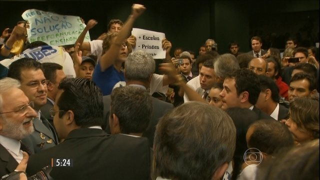 Estudantes impedem deputados de votarem projeto da maioridade penal