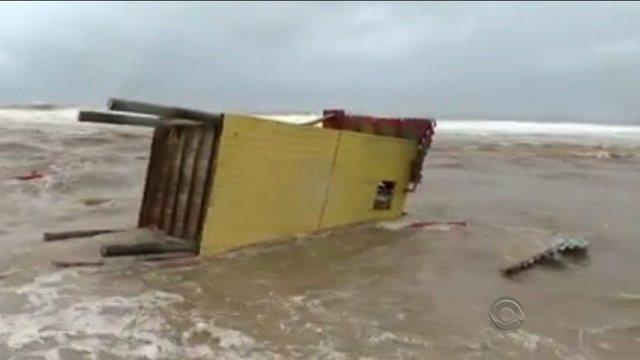 Mar com ressaca arrasta posto de salva-vidas