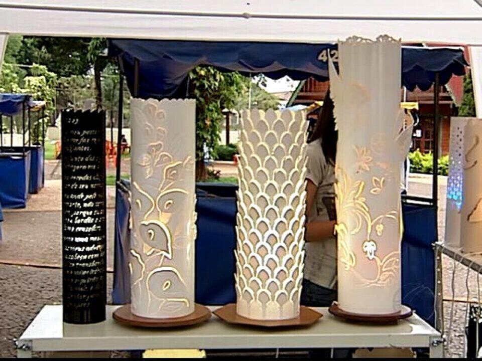 Aparador Suspenso Ikea ~ Canos de PVC viram objetos de decoraç u00e3o nas m u00e3os de artes u00e3os de Uberl u00e2ndia, MG G1 Tri u00e2ngulo