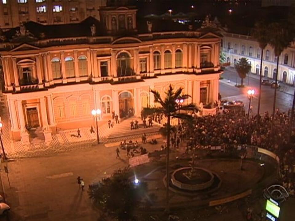 Protesto no Centro de Porto Alegre lembra um ano da destruição do mascote  da Copa de 2014 - G1 Rio Grande do Sul - Jornal do Almoço - Catálogo de  Vídeos 2c8cffb6e69