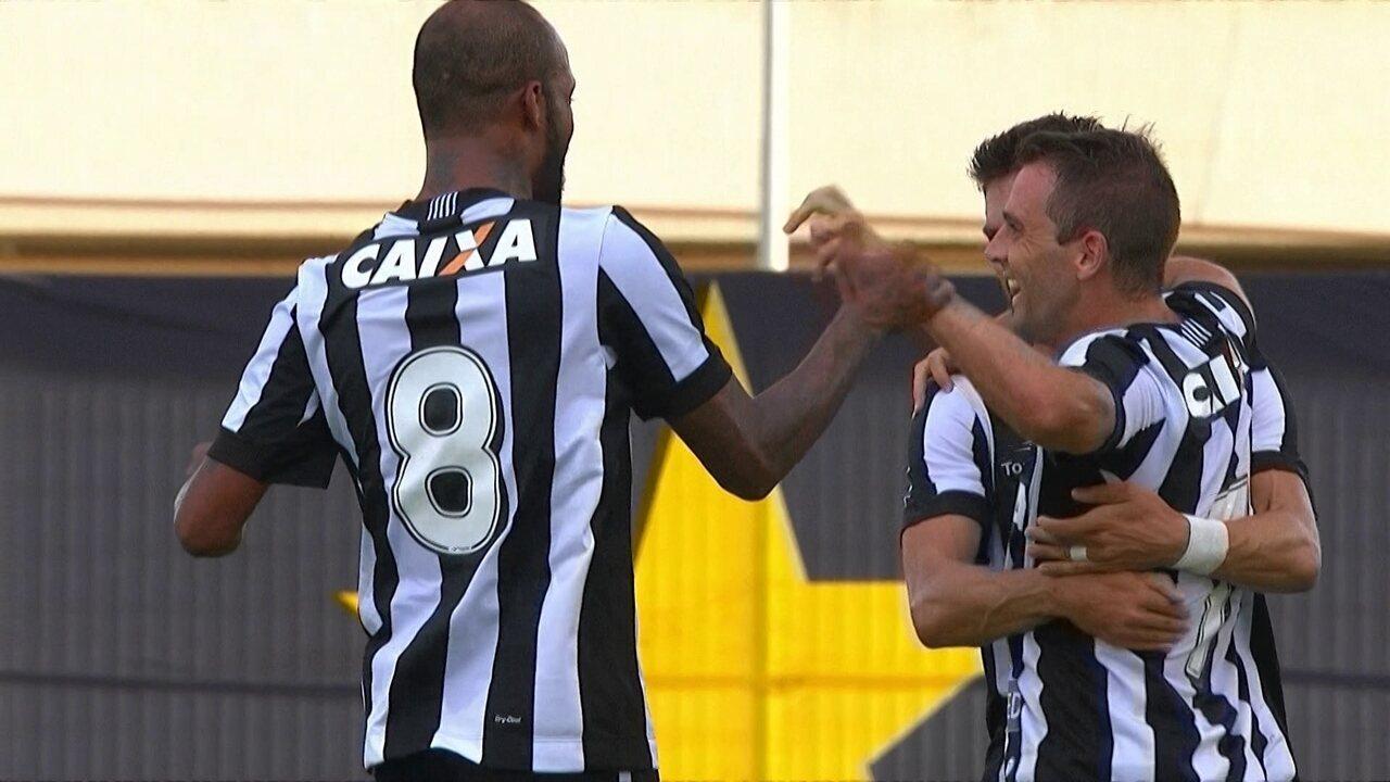 Montillo desencantou pelo Botafogo logo na estreia, mas desde então vive jejum de gols