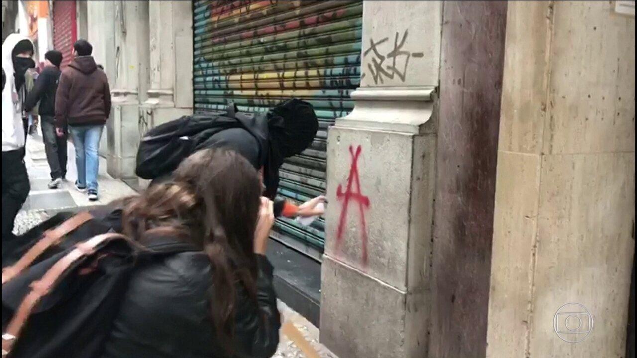 Grupo de mascarados se concentrou na Sé, depois saiu em caminhada até a Paulista