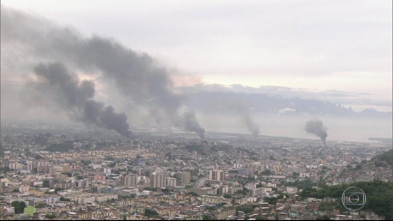 Bandidos põem fogo em ônibus e caminhões, fecham vias e causam pânico no Rio