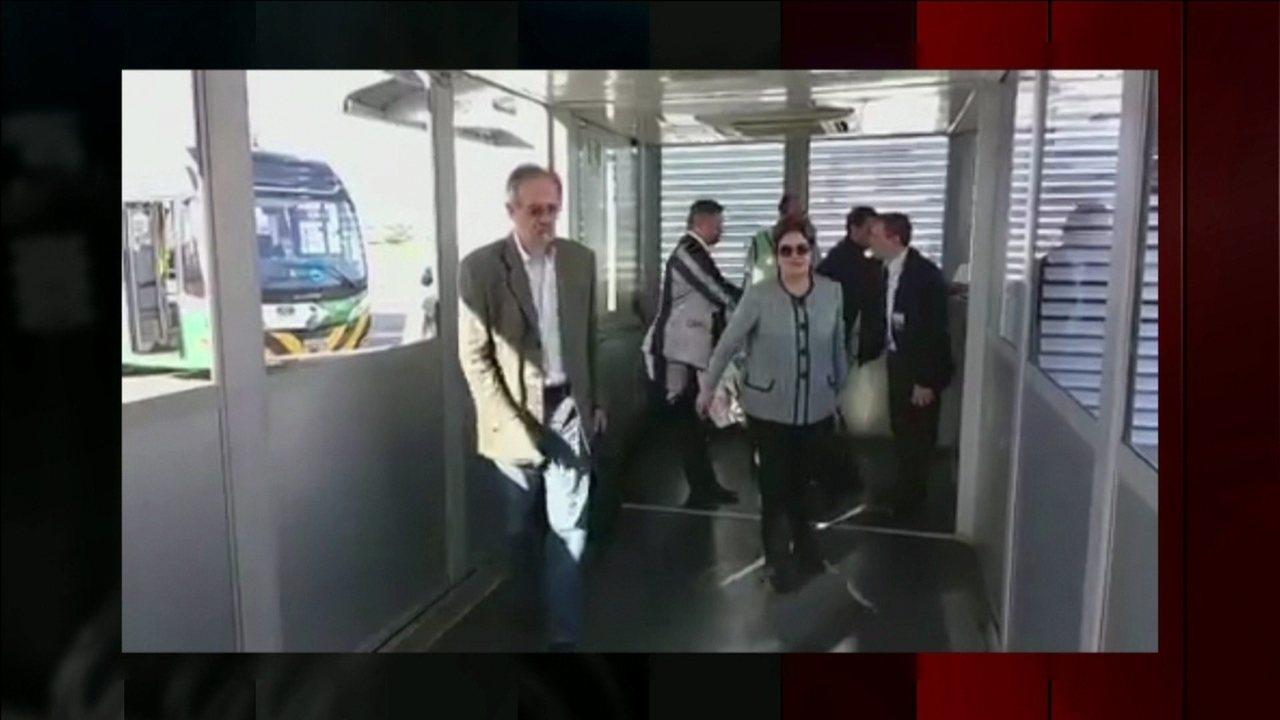 Ex-presidente Dilma embarca em Porto Alegre para Curitiba