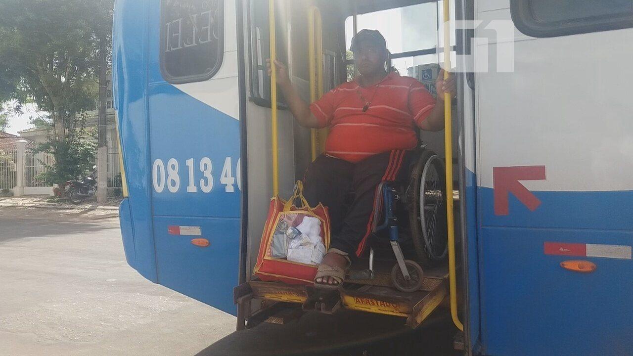 Resultado de imagem para Em protesto, cadeirante para ônibus em Macapá por não conseguir entrar no coletivo