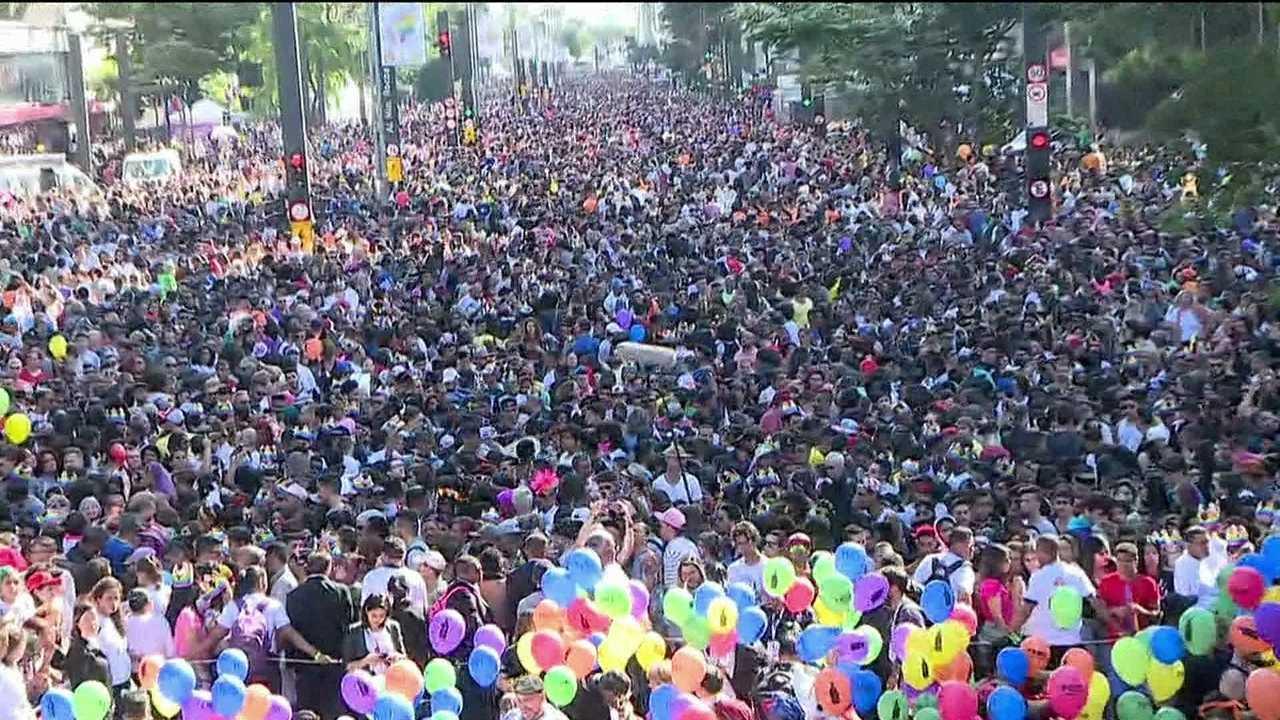 Multidão segue trios elétricos que embalam a 21ª Parada do Orgulho LGBT, em SP