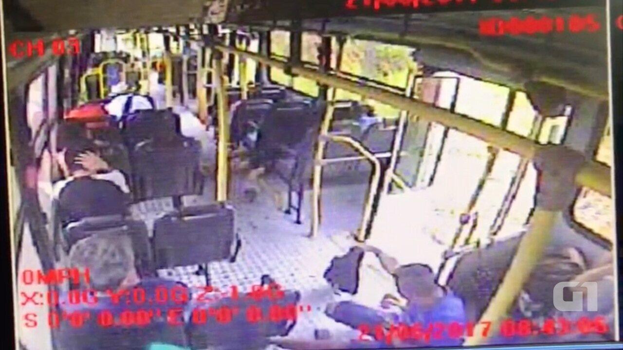Passageiro de ônibus reage a assalto, bandido atira e mulher é baleada na Grande Natal