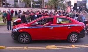 Taxistas fazem protesto contra Uber em Porto Alegre