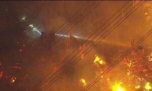 Bombeiros combatem incêndio em favela da Zona Leste de São Paulo