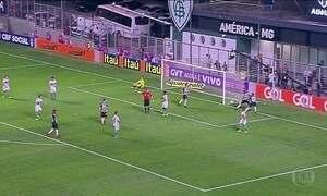 Atlético-MG vence Coritiba e se aproxima do G4 no Brasileirão