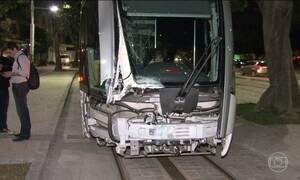 Ônibus colide com VLT no Rio de Janeiro