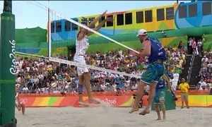 Duplas do vôlei de praia do Brasil vão à quadra em busca de vaga na final