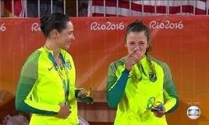 Veja como foi a cerimônia de premiação das medalhistas do vôlei de praia feminino