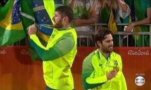 Alison e Bruno Schmidt recebem a medalha de ouro no vôlei de praia