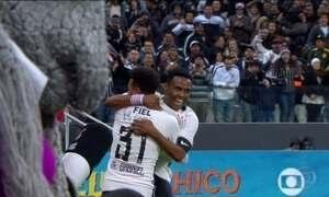 Corinthians vence Vitória de virada e volta ao G-4 no Brasileirão