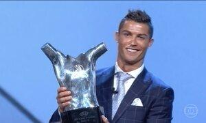 Cerimônia sorteia grupos da Liga da UEFA e premia Cristiano Ronaldo como melhor jogador