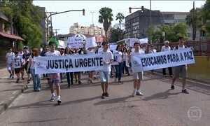 Professores, pais e alunos fazem protesto contra violência em Porto Alegre