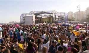 """Festival """"Louvorzão"""" de música gospel lota praia de Copacabana"""