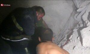 Imagens mostram o desespero das equipes de resgate após ataques em Aleppo