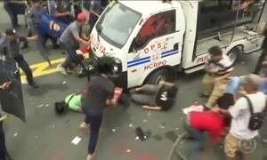 Carro da polícia atropela protestantes na embaixada dos EUA