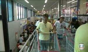 Promoção de supermercado no Rio atrai multidão de consumidores