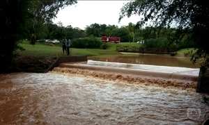 Segurança morre e outro está desaparecido depois de represa transbordar