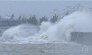 Supertufão Haima provoca ondas gigantes ao chegar ao sul da China