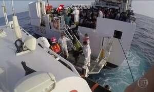 Navio dos Médicos Sem Fronteiras resgata imigrantes no Mar Mediterrâneo