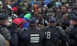 França começa a retirar os imigrantes de Calais