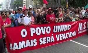 Integrantes de movimentos sociais participam de um protesto na Avenida Paulista