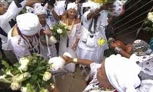 Fiéis participam da lavagem do Bonfim em Salvador