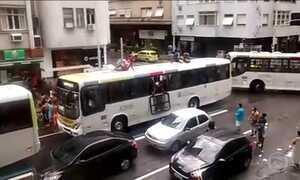 Vândalos promovem quebra-quebra e roubam ônibus no Rio de Janeiro