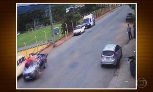 Rapaz bate com moto e sofre queda impressionante em SP; veja imagens