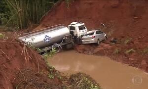 No interior de SP, cratera engole carros e deixa um morto e cinco feridos