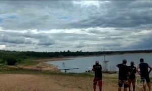 Helicóptero com 4 pessoas faz manobra e cai em represa no sul de Minas Gerais