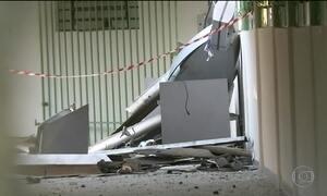 Bandidos explodem dois caixas eletrônicos dentro de hospital na Grande SP