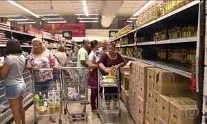 Moradores estocam comida e enfrentam filas para pagar contas no ES