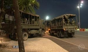 Homens das Forças Armadas reforçam o policiamento nas ruas do RJ