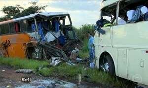 Oito pessoas morrem em acidente entre dois ônibus em  Teodoro Sampaio (SP)