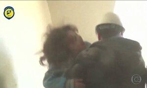 Imagens fortes e emocionantes mostram regate de menina em bombardeio na Síria