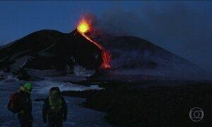 Vulcão Etna entra em erupção na ilha italiana da Sicília