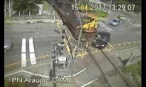 Mulheres em carro atingido por trem em Juiz de Fora (MG) estão em estado grave