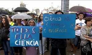 Manifestantes participaram de uma mobilização mundial em apoio à pesquisa científica