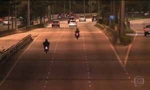 Motos desafiam restrição de circular de madrugada na Marginal Tietê, em SP
